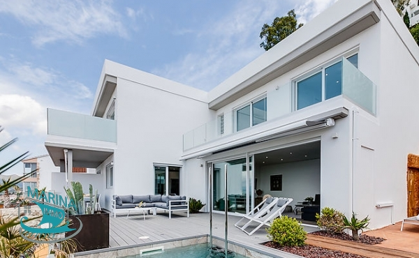 Modern villa with garage of 45m2 and a splendid sea view