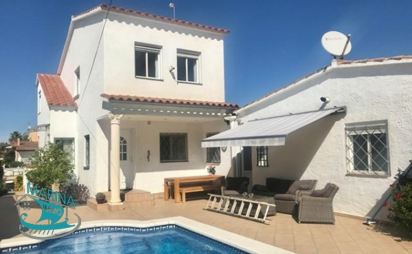Villa located on a wide canal with mooring 12.5m and garage of 40m2