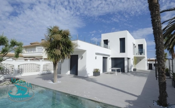 Contemporary villa with 5 bedrooms, pool and 13m mooring