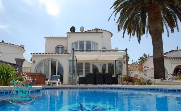 Beautiful house to the large canal, with pool and mooring.