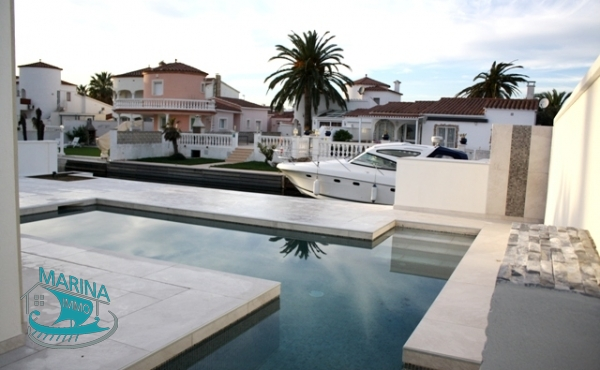 House renovated to the canal with pool, garden and mooring.