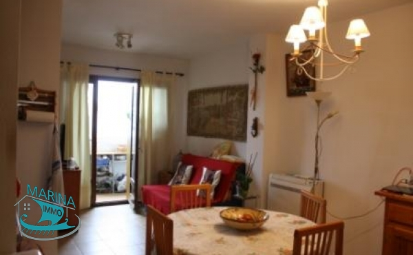 Apartment overlooking the canal, with parking and close to commercial area