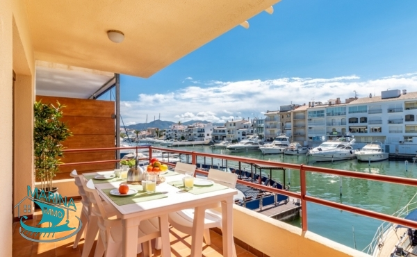 Apartment with large terrace very close to the beach