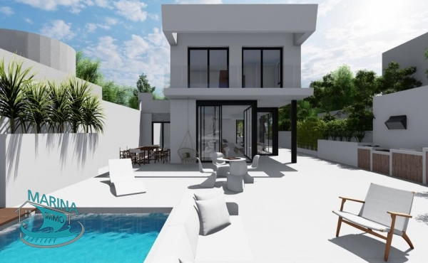 Luxury villa on the wide canal with 200 m2 built. House with all the comforts and quality finishes.