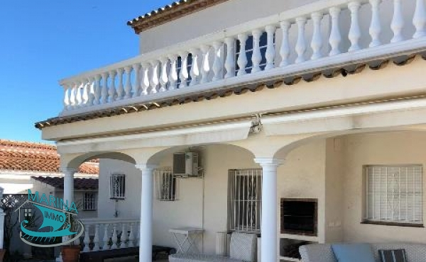 Villa on the canal with large plot, pool and 25 meters mooring