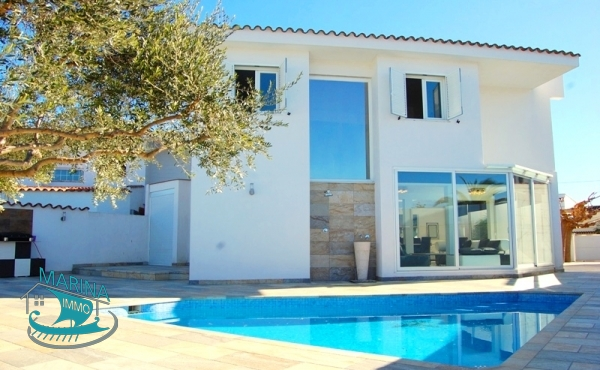 Modern quality Villa with mooring and swimming pool, near the beach