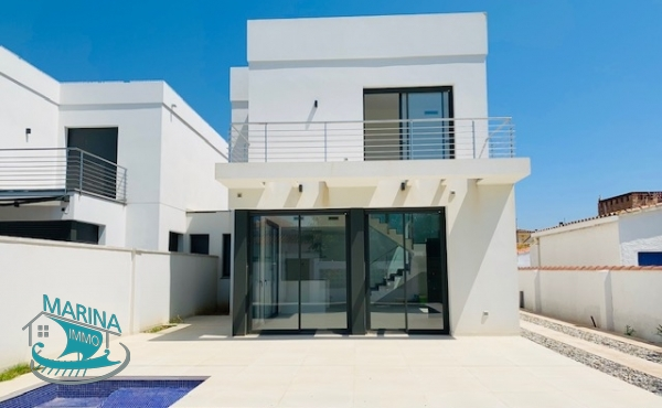 Newly built house with swimming pool in a residential area in Empuriabrava