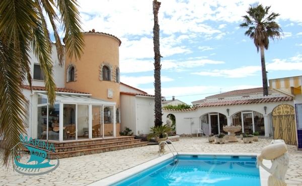 Property with 1000 m2 plot to the wide canal, pool and mooring