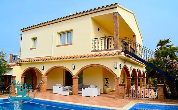 Spectacular villa with all the comforts, close to the beach and center.