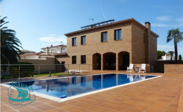 Villa located on the main canal with 5 bedrooms, heated pool and 25 meters mooring.