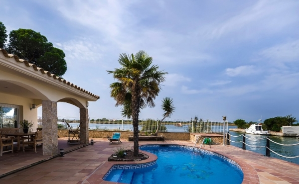 Spectacular luxury Villa with private mooring of 17 meters on the Santa Margarita de Roses canal, with private pool and sea views