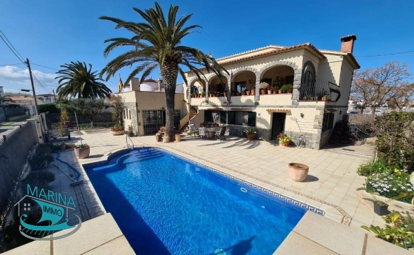 Magnificent property near the center, with large outdoor space and pool