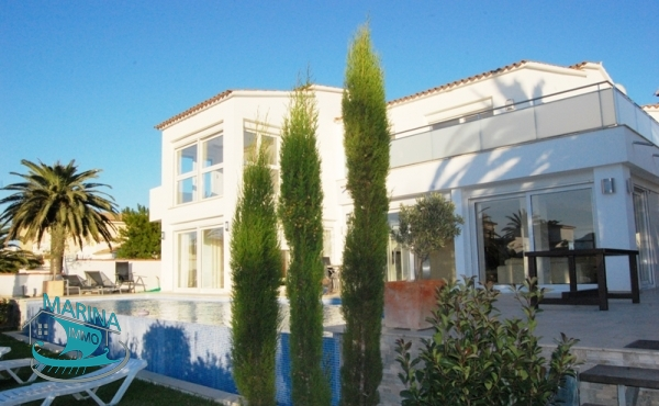 Ultra modern villa with infinity pool and mooring 20 m, wide canal