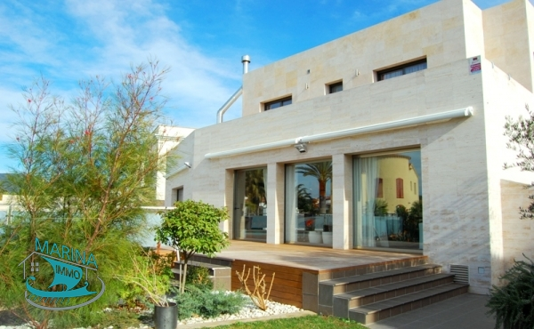Villa with modern facilities, large outdoor Pool - terrace and mooring 25 m